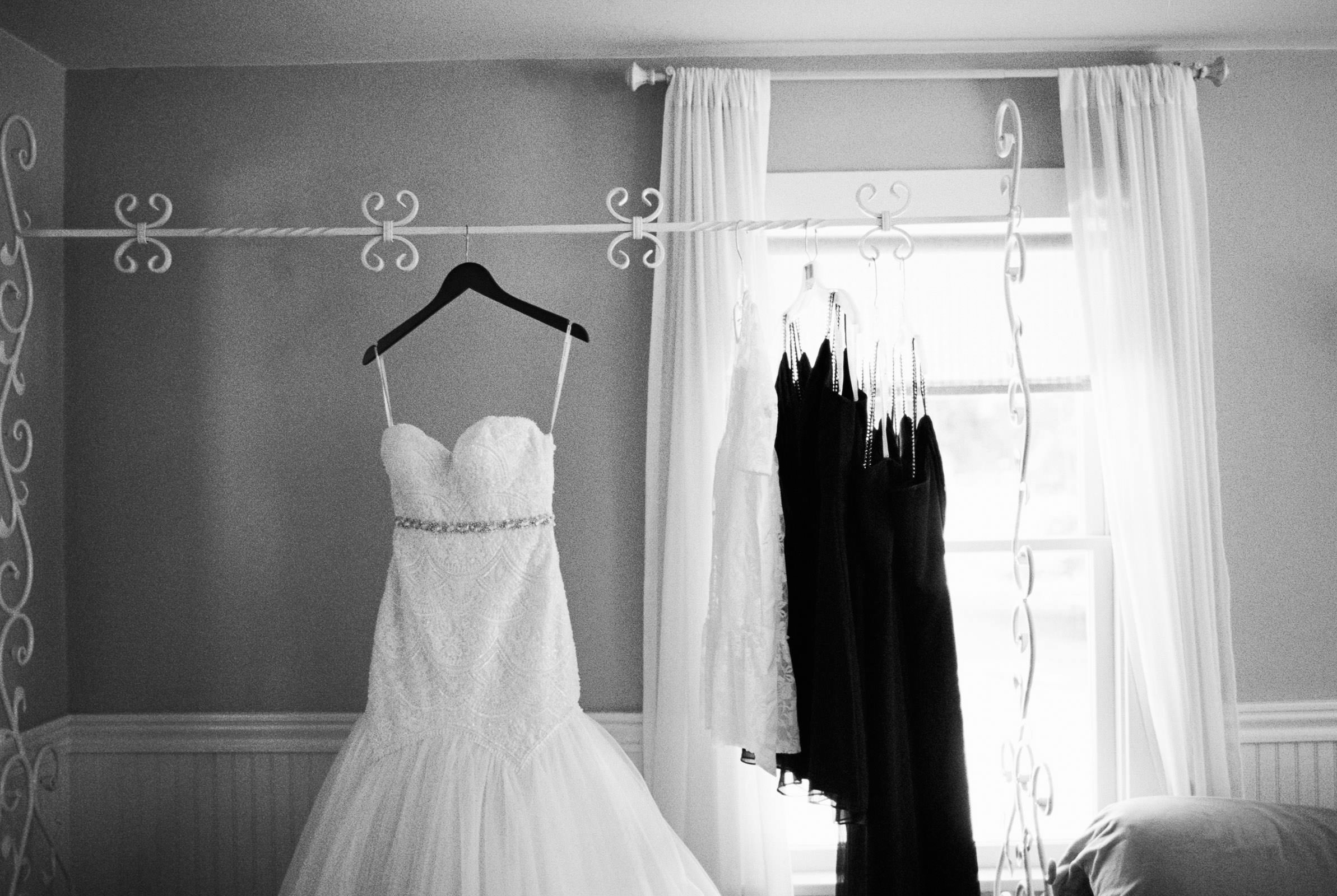 Getting Ready at Kelley Farms Bridal Cottage     Seattle Wedding Photographer Anna Peters