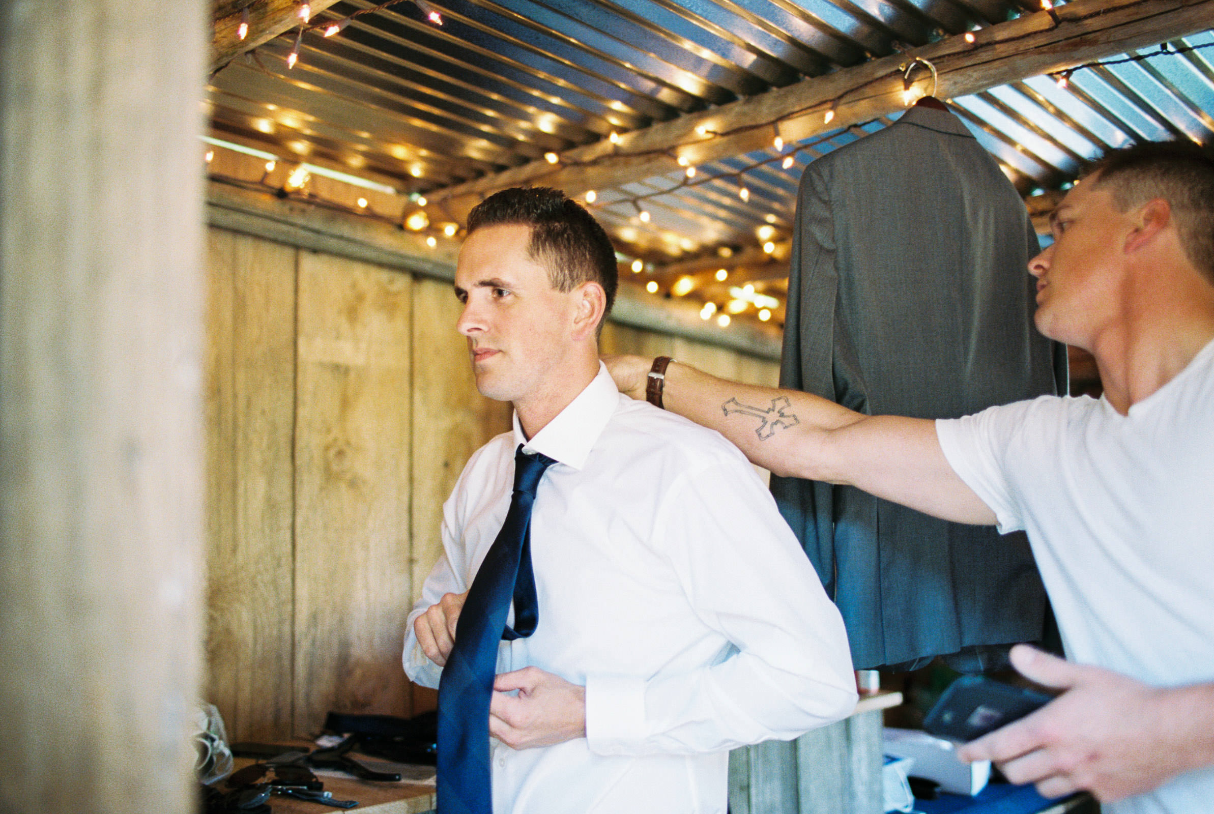 Getting ready at Kelley Farms   Seattle Wedding Photographer Anna Peters