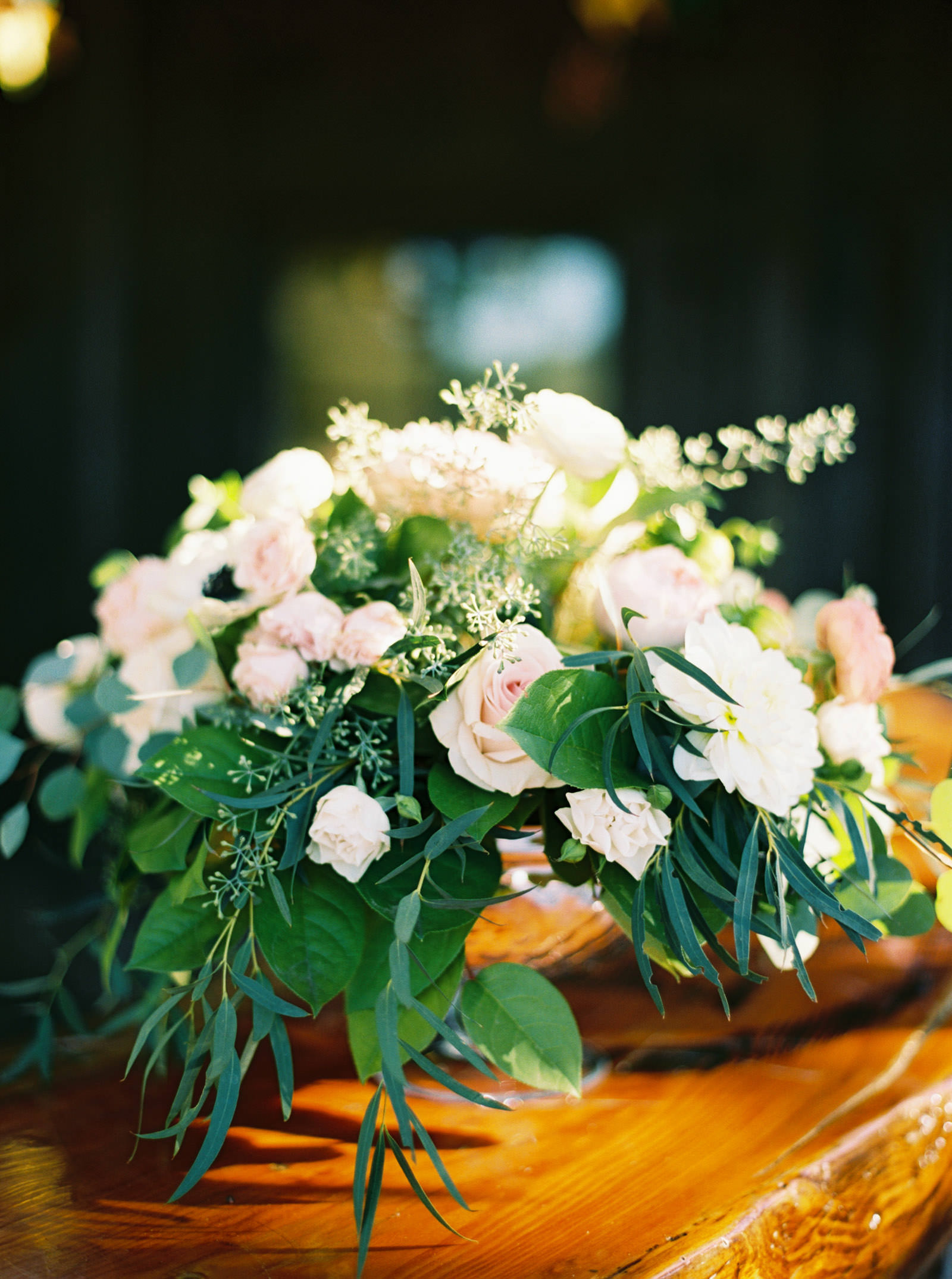 Blush and coral floral centerpiece at Kelley Farms   Seattle Wedding Photographer Anna Peters