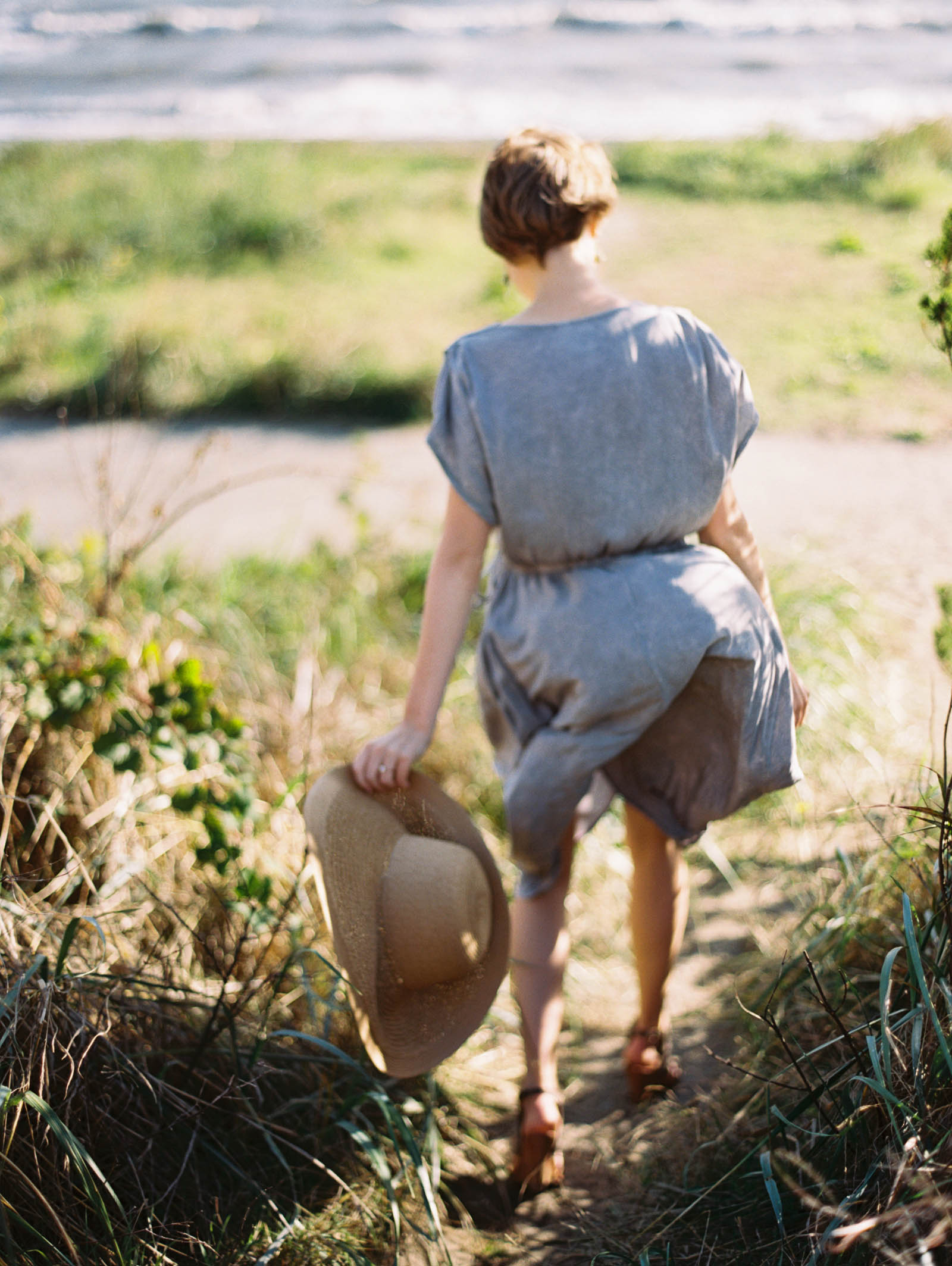 Engagement session style with floppy hat by top Seattle Engagement Photographer Anna Peters